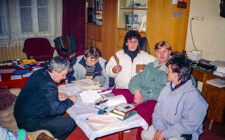 Podpisywanie  z zespołem Sfinks umowy na granie podczas zabawy sylwestrowej 1993 r. w DK